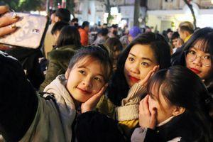 Vạn người trên phố đi bộ Hà Nội rộn rã đón thời khắc bước sang 2019
