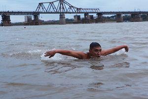 Người Hà Nội tắm tiên giữa bãi sông Hồng trong giá rét dưới 10 độ C
