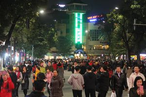 Mặc mưa lạnh rét buốt, hàng ngàn người dân Hà Nội vẫn ùn ùn kéo về phố đi bộ chờ xem Countdown 2019