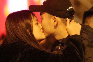 Những nụ hôn, cái ôm thật ấm áp trước thời khắc chào năm mới 2019 tại Hồ Gươm
