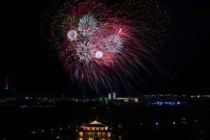 Pháo hoa rực rỡ trên bầu trời TP Hồ Chí Minh