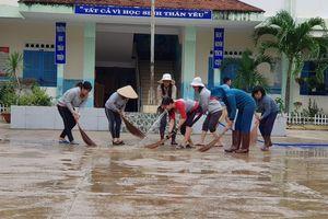 Khánh Hòa: Đang nghỉ Tết Dương lịch, giáo viên vẫn tất bật dọn bùn do mưa lũ