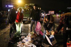 Người Đà Nẵng chung tay dọn rác sau lễ hội đón Tết Dương lịch 2019