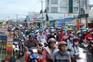 Người dân ùn ùn trở lại TPHCM sau nghỉ Tết, giao thông ùn tắc