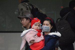 Người dân co ro trong giá rét trở lại Hà Nội sau kỳ nghỉ tết Dương lịch kéo dài