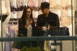 Rò rỉ hình ảnh Lưu Khải Uy và Dương Mịch đã ly hôn nhưng vẫn cùng nhau đi mua đồ cho con gái?