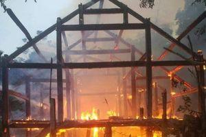 Người phụ nữ khóc ròng bên căn nhà sàn cháy rụi ngày cuối năm