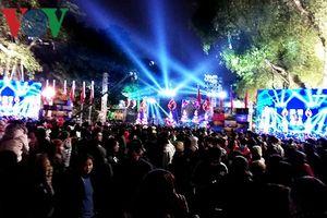 Người dân Thủ đô Hà Nội vui mừng chào đón năm mới 2019