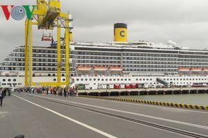 Hai tàu du lịch biển đưa 2.500 khách quốc tế 'xông đất' Đà Nẵng