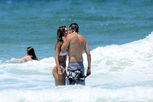 Alessandra Ambrosio bikini gợi cảm, tính tứ bạn trai trên biển