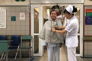 Bệnh viện Bạch Mai tặng hơn 500 chiếc áo khoác giúp bệnh nhân tránh rét