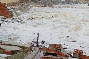 Phú Yên: Triều cường, sóng cao đánh sập nhà dân