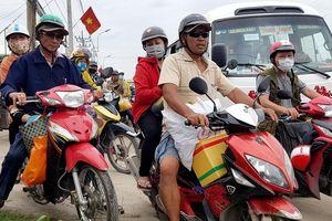 Ôtô dàn hàng ngang đẩy xe máy lên vỉa hè gần nơi tai nạn 4 người chết