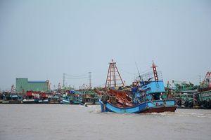 Hải quân Vùng 2 đang lai dắt tàu cá Bạc Liêu vào bờ