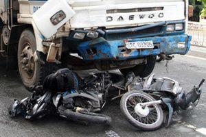Giật mình những vụ ô tô tông vào xe chờ đèn đỏ, những tài xế ngồi sau vô lăng hãy nghĩ đến tính mạng của người đi đường