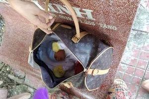 Cà Mau: Giật mình khi phát hiện bé sơ sinh trong túi xách vứt bên hè