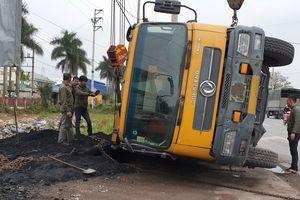 Quảng Ninh: Xe chở 'đất đen' lật nhào trên quốc lộ 18