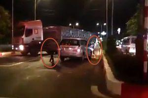 Ô tô bị cản đường, 2 thanh niên ném gạch đá tài xế container tới tấp