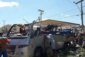 Xe tải tông xe buýt gây tai nạn liên hoàn làm 6 người thiệt mạng, 23 người bị thương