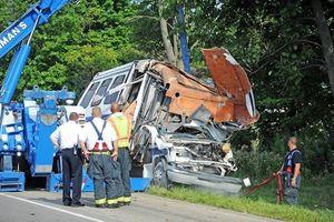 Xe tải đâm xe buýt tại Brazil, gần 30 người thương vong