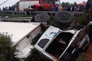 Ôtô tải lật nhào bên đường, phụ xe tử vong trong cabin