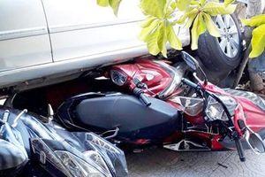 Người phụ nữ lùi ô tô từ nhà ra đường cuốn 4 xe máy vào gầm