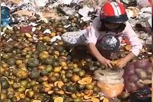 Nóng trên mạng xã hội: Bí ẩn vụ vắt nước cam thải loại ở chợ Thủ Đức