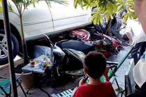 Lùi ô tô, nữ tài xế cuốn 4 xe máy vào gầm