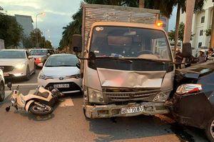 Xe tải tông 3 xe dừng đèn đỏ đã hết hạn kiểm định