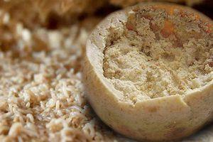 Khủng khiếp, bánh phô mai có hàng con giòi sống lúc nhúc bên trong