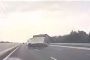 Clip: Xe tải nổ lốp, 'đánh võng' trên đường cao tốc Hà Nội – Hải Phòng