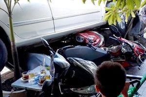 Xe 4 chỗ lùi như tên bắn từ nhà ra đường cuốn 4 xe máy