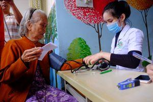 Bác sĩ vượt hàng trăm km khám bệnh cho dân vùng bị bão số 9 tàn phá
