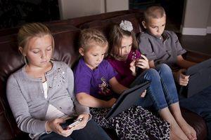 Cha mẹ không nên lo lắng về thời gian xem tivi, điện thoại của trẻ