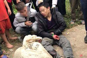 Hai thanh niên nghi trộm chó bị người dân vây bắt