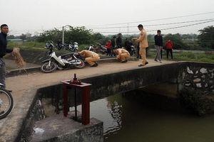 Người phụ nữ đi xe máy qua cầu bị ngã xuống mương nước tử vong