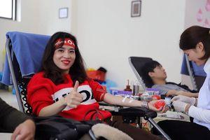 Nhà tài trợ chính tặng quà và kêu gọi nhân viên hiến máu