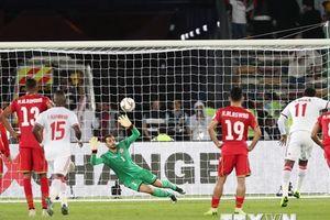 UAE thoát hiểm trước Bahrain nhờ quả penalty gây tranh cãi