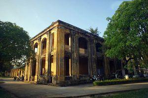 Đột nhập tòa nhà bỏ hoang bí ẩn trong Hoàng thành Huế