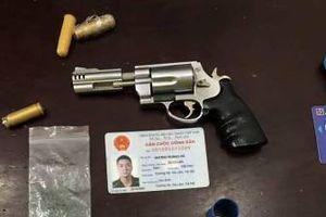 Xử lý thanh niên vi phạm giao thông, cảnh sát phát hiện súng và nhiều vũ khí