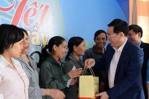 Phó Thủ tướng Vương Đình Huệ tặng quà công nhân lao động Kon Tum