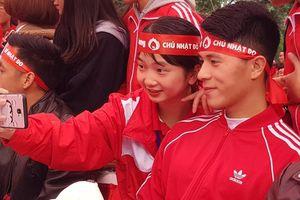 HH Tiểu Vy, hậu vệ Đình Trọng thân thiện selfie với sinh viên tại sự kiện nhân ái đặc biệt