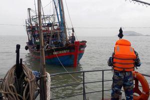 Cứu hộ thành công thuyền viên 2 tàu cá gặp nạn trên biển