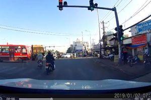 Clip: Rùng mình cảnh xe buýt vượt đèn đỏ, húc văng người đi xe máy trên giao lộ Sài Gòn