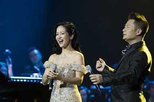 Hồng Nhung bị cảm nhưng vẫn mặc đẹp để hát đủ nhạc Dương Thụ