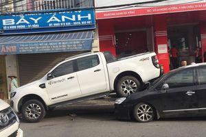 Đà Nẵng: Xe bán tải chạy lùi, kéo lê và hất văng 2 xe máy rồi 'nhảy' lên đè bẹp đầu ô tô phía sau