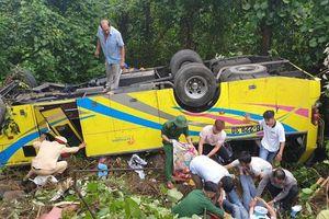 Xe chở 21 sinh viên rơi xuống đèo Hải Vân, 1 người chết