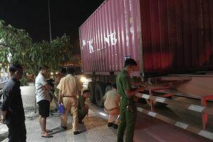 Người dân truy đuổi, bắt giữ tài xế xe container tông chết người rồi bỏ chạy