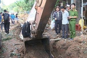 Xe cuốc đào đường trúng bom phát nổ, nhiều nhà dân hư hỏng