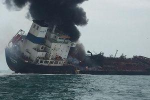 Điều máy bay tìm 2 thuyền viên mất tích trên tàu cháy tại Hong Kong